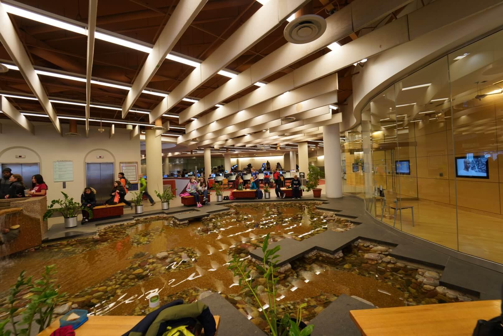 トロントリファレンスライブラリーの川