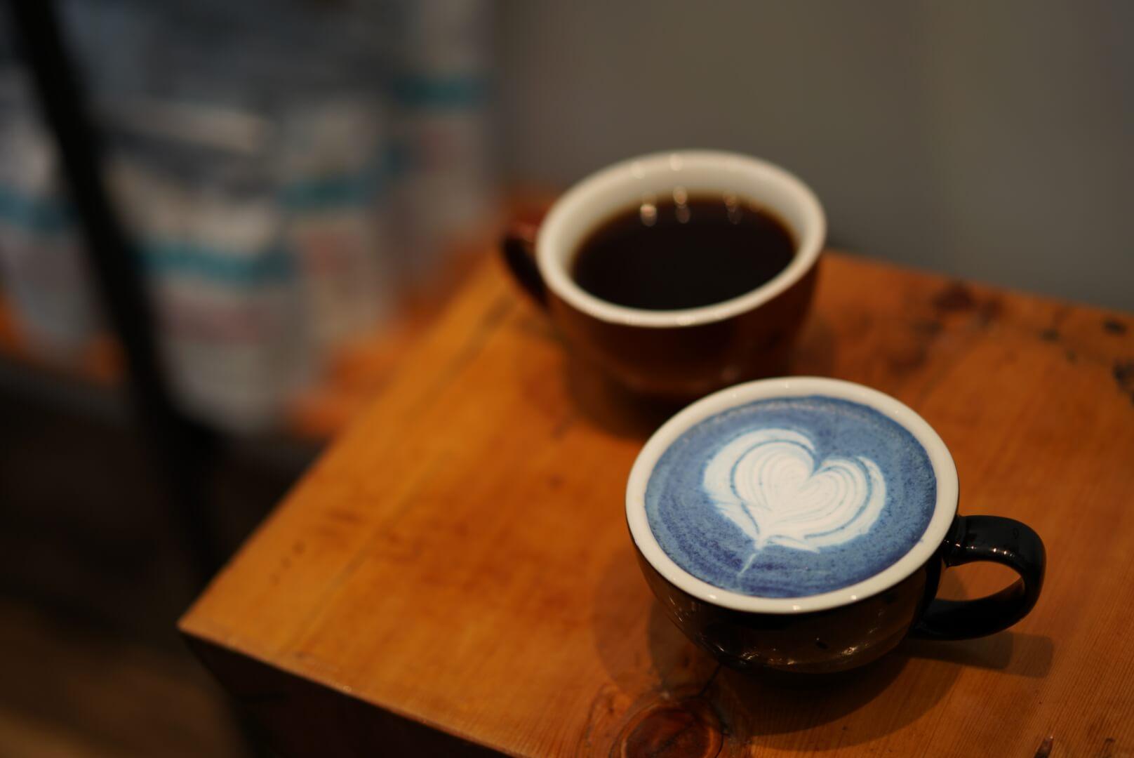 ブルー抹茶ラテとホットコーヒー