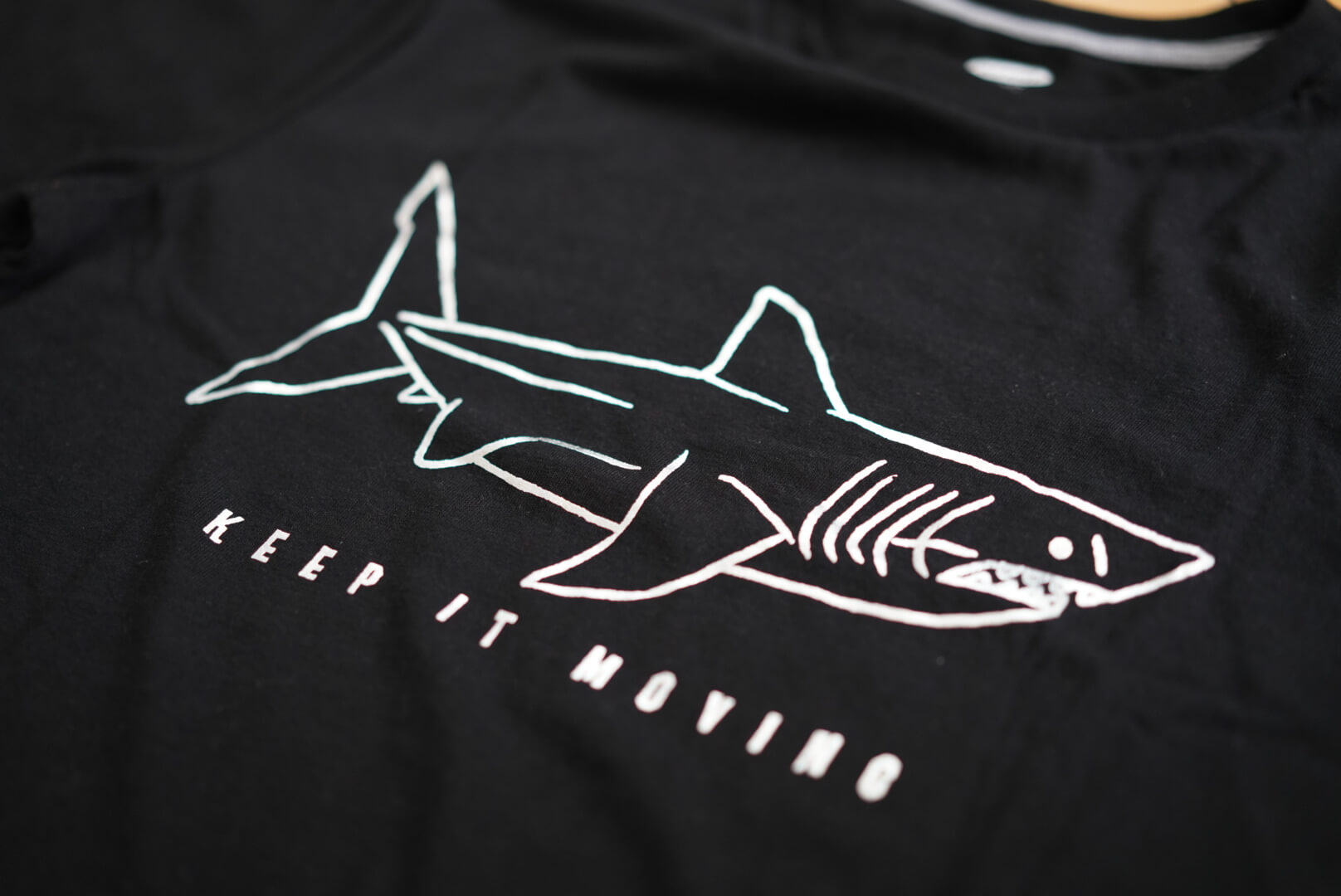 カナダのold navyで買ったサメのTシャツ