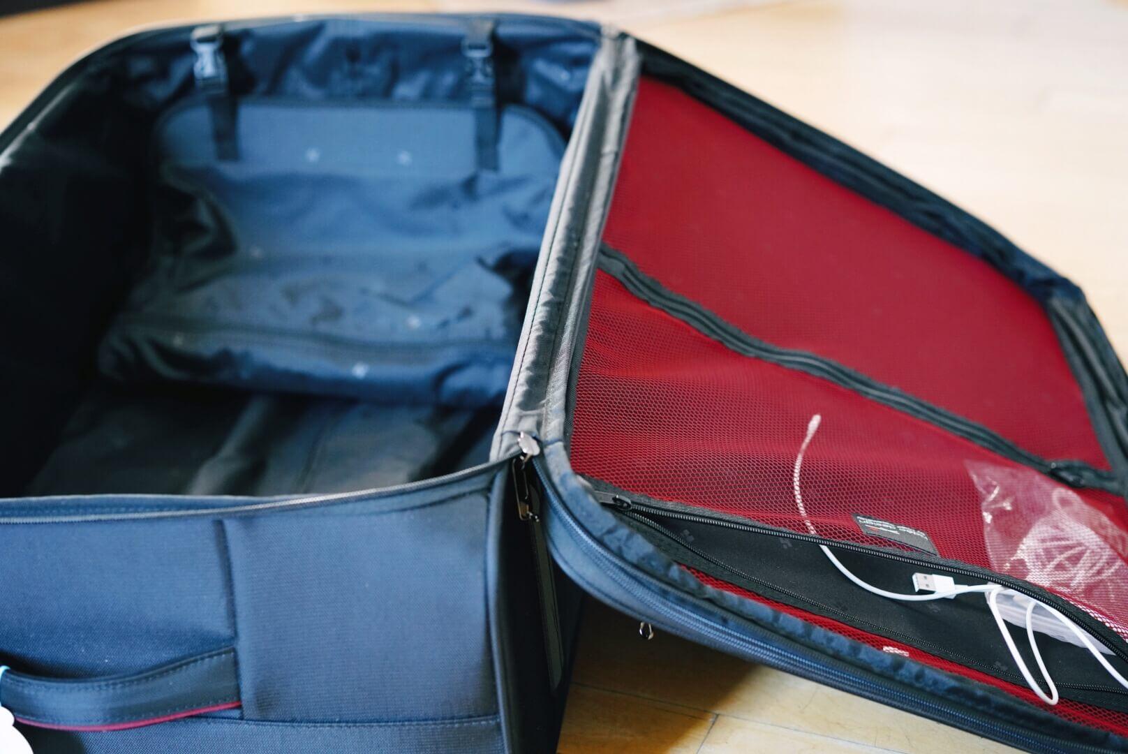 hideo wakamatsu fly2のスーツケースを開いたところ